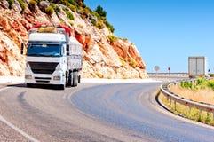 在山高速公路装载的无盖货车 免版税库存照片