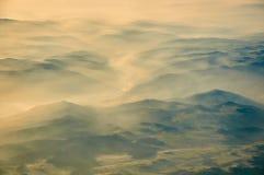 在山麓小丘上的早晨雾 库存图片