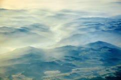 在山麓小丘上的早晨雾 免版税库存照片