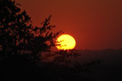 在山麓小丘大路的日落西部在发烟性山 图库摄影