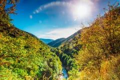 在山麓小丘的晴朗的秋天天 免版税库存照片