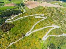 在山,昆斯敦,新西兰的弯曲道路 库存照片