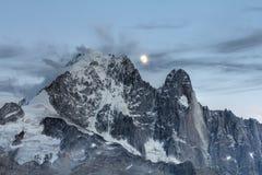 在山,法国阿尔卑斯的月出 库存照片