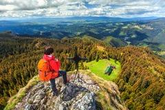 在山,特兰西瓦尼亚,罗马尼亚上面的运动的远足者妇女  库存图片