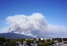 从在山,洛杉矶的上面的火抽烟 免版税图库摄影