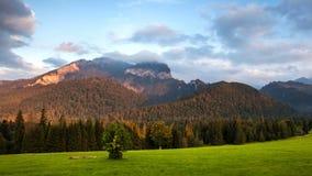 在山, Tatranska Javorina,斯洛伐克的日出风景 股票录像