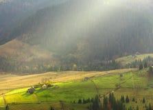 在山晴朗的村庄的温暖和晴朗的看法 免版税图库摄影