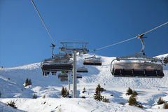 在山滑雪胜地的驾空滑车 免版税库存照片