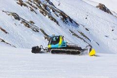 在山滑雪胜地-因斯布鲁克奥地利的除雪机 库存图片