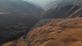 在山4K史诗寄生虫飞行高加索小山和谷秀丽格鲁吉亚自然的路 股票录像
