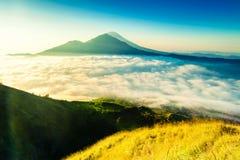 在山Batur火山/巴厘岛,印度尼西亚上面的日出  免版税库存照片