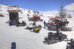 在山Elbrus倾斜的雪上电车  免版税图库摄影