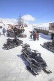 在山Elbrus倾斜的雪上电车  图库摄影