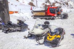 在山Elbrus倾斜的雪上电车  库存图片