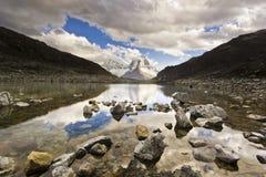 在山Huascaran上的日落在有反射的秘鲁从湖 库存照片