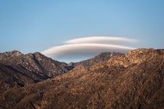 在山II的双突透镜的云彩 免版税库存图片