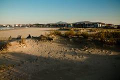 在山la rhune的全景美妙的风景视图在日落的hendaye沙滩 库存图片