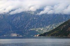 在山Perast科托尔海湾风景上的云彩 库存照片