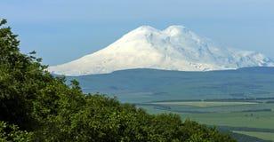 在山Pyatigorsk市Elbrus的看法  免版税图库摄影