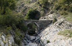 在山Rodopi的老罗马桥梁 免版税库存图片