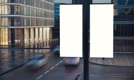 在岗位的两个空白的标志在城市晚上 图库摄影