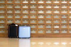 在岗位箱子前面的旅行袋子 免版税图库摄影