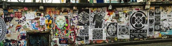 在岗位胡同张贴的街道艺术在派克集市上 免版税库存图片