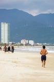 在岘港供以人员在中国海滩的赛跑在越南 免版税图库摄影