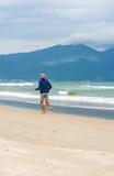 在岘港供以人员沿中国海滩的赛跑在越南 库存照片