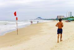 在岘港供以人员沿中国海滩的赛跑在越南 免版税库存图片