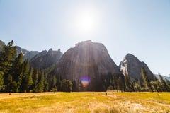 在岩层的太阳在优胜美地 免版税库存图片