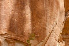刻在岩石上的文字或岩石艺术雕刻在Freemont,犹他 库存照片