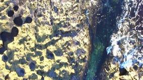 在岩石上的直升机飞行在太平洋附近 股票视频