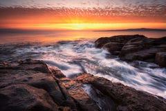 在岩石上的黎明 免版税库存图片