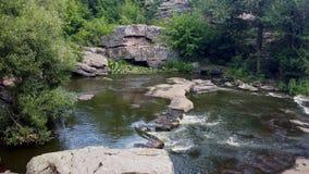 在岩石中流动的河 免版税库存图片