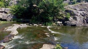在岩石中流动的河 库存照片