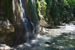 在岩石中的一点光彩的瀑布在山森林里 免版税图库摄影