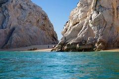 在岩石中的偏僻的海滩在Cabo圣卢卡斯(墨西哥) 库存照片