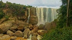 在岩石中的宽高强有力的瀑布小瀑布 影视素材
