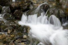 在岩石中的小山瀑布 免版税库存图片