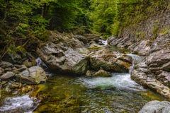 在岩石中的山河用水晶水 库存图片