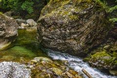在岩石中的山河用水晶水 图库摄影