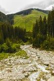 在岩石中的山河用水晶水 免版税库存图片