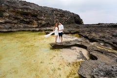 在岩石中的年轻夫妇 免版税库存照片