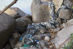 在岩石中的捕鱼网 免版税库存照片