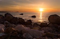 在岩石中的日落海景 免版税库存图片