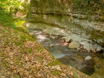 在岩石中的水道 免版税库存照片
