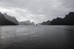 在岩石中的船在下龙湾 免版税库存照片