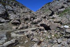 在岩石中的道路 免版税库存图片