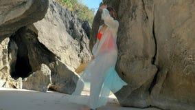 在岩石之间的年轻俏丽的女孩身分 摆在岩石之间的有吸引力的模型 股票录像